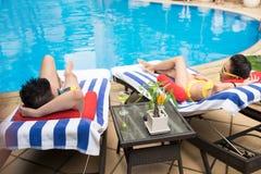Encontro em deckchairs imagens de stock royalty free
