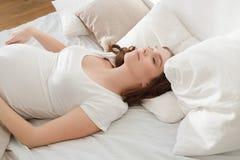 Encontro fêmea de sorriso grávido na cama Fotos de Stock Royalty Free