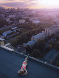 Encontro fêmea novo e tomar sol no telhado e no fundo da opinião da cidade Dia, fora Imagens de Stock