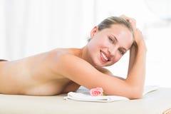Encontro louro calmo na toalha que sorri na câmera Imagem de Stock