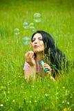 Encontro no campo e em bolhas de sabão de sopro foto de stock