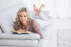 Encontro pensativo no livro de leitura do sofá Fotografia de Stock
