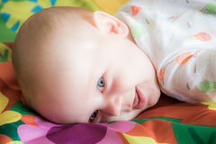 Encontro pequeno de sorriso do bebê Fotografia de Stock Royalty Free