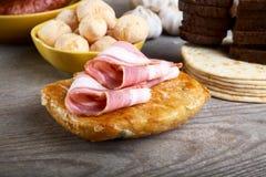 Encore-durée avec du jambon et le pain sur une table Photos libres de droits