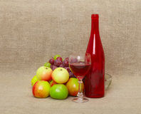 Encore-durée avec la bouteille, le vin et la pomme Image libre de droits