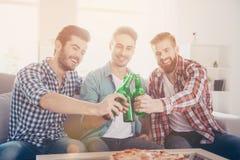 Encourage des hommes ! La vie du ` s d'hommes de célibataire Fermez-vous de trois amis heureux Images stock
