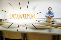 Encouragement contre le conférencier s'asseyant dans la salle de conférences photos libres de droits