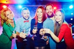 Encourager aux boissons alcoolisées Images libres de droits