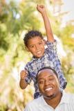 Encourager de père et de fils de chemin mélangé Photo stock