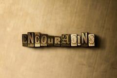 ENCOURAGER - le plan rapproché du vintage sale a composé le mot sur le contexte en métal illustration stock