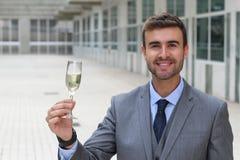 Encourager masculin magnifique avec un verre de champagne Photographie stock libre de droits