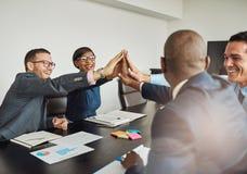 Encourager multiracial radieux d'équipe d'affaires photos stock