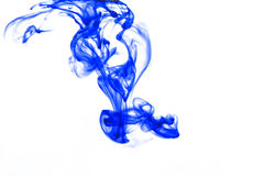 Encre bleue brouillée dans l'eau Photo libre de droits