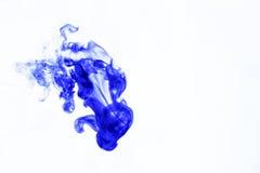 Encre bleue brouillée dans l'eau Images libres de droits