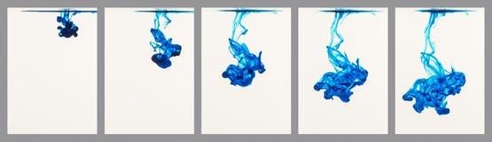 Encre bleue traversant l'eau Photographie stock
