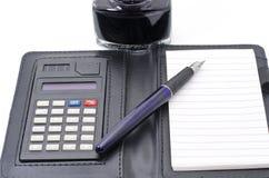 encre dans la bouteille avec le stylo et la calculatrice Photo libre de droits