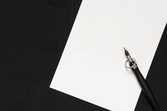 Encre et anneau de stylo sur le fond de papier Images libres de droits