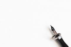Encre et anneau de stylo sur le fond de papier Photos stock
