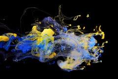 Encre jaune et bleue dans l'eau Image libre de droits