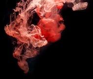Encre rouge dans l'eau. Photos libres de droits