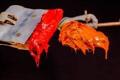 Encre rouge et orange de couleur pour la copie sur le tee-shirt Images libres de droits