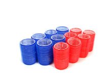 Encrespadores de cabelo azuis e vermelhos sobre o fundo branco Imagens de Stock