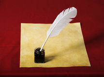 Encrier encastré avec la cannette et le vieux papier Photographie stock libre de droits