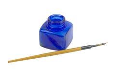 Encrier encastré de cru avec le crayon lecteur sur un fond blanc Photo libre de droits