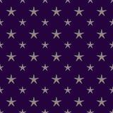 Encrusted Slivery stjärnor på mörk purpurfärgad bakgrund sömlösa Patte vektor illustrationer