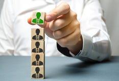 Encuentre a un empleado talentoso Hombre de negocios que busca para los nuevos empleados Reclutamiento del personal Seleccione a  fotografía de archivo libre de regalías
