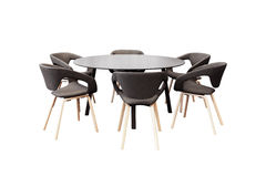 Encuentro de la mesa redonda y de las sillas negras de la oficina para la conferencia, aislador Foto de archivo