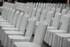 Encuentro de la silla blanca en gente emtry del seminario Imagen de archivo libre de regalías