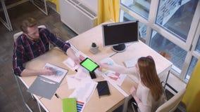 Encuentro de los socios comerciales, compartiendo la información vía la tableta metrajes