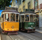 Encuentro de 2 tranvías en las calles de la ciudad vieja en Lisboa, Portugal Imagenes de archivo