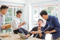 Encuentro del consultor para financiero Datos de planificación del hombre de negocios del grupo en el encuentro Hombres de negoci imagen de archivo