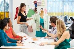 Encuentro en estudio del diseño de la moda Fotografía de archivo libre de regalías