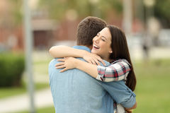 Encuentro feliz de dos amigos al aire libre Imagenes de archivo