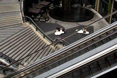 Encuentros fortuitos entre las escaleras y los elevadores imagen de archivo libre de regalías