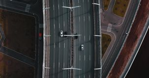 Encuesta aérea Coches móviles en el puente Camino moderno Visión superior ciudad magistral o carretera de la calle para el transp almacen de video