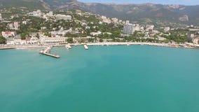 Encuesta aérea del centro turístico de la ciudad crimea de Yalta en el verano almacen de video