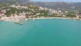 Encuesta aérea del centro turístico de la ciudad crimea de Yalta en el verano