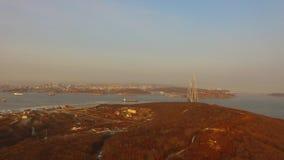 Encuesta aérea del paisaje marino con vistas del puente ruso almacen de video