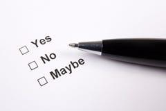 Encuesta con sí, no, quizá respuestas y la pluma Fotografía de archivo libre de regalías