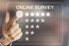 Encuesta sobre en línea que empuja manualmente el negocio en la pantalla virtual Foto de archivo