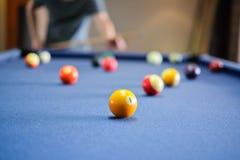 Encurralar a bola na tabela de sinuca, jogo na tabela, imagem de stock royalty free