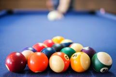Encurralar a bola na tabela de sinuca, jogo na tabela, imagem de stock
