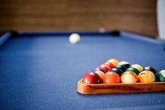 Encurralar a bola na tabela de sinuca, jogo na tabela, foto de stock royalty free