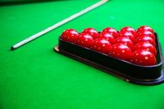Encurralar a bola na tabela de sinuca, no jogo na tabela verde, esporte internacional da sinuca ou da associação imagem de stock