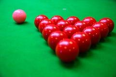 Encurralar a bola na tabela de sinuca, no jogo na tabela verde, esporte internacional da sinuca ou da associação fotos de stock royalty free