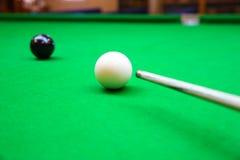 Encurralar a bola na tabela de sinuca, no jogo na tabela verde, esporte internacional da sinuca ou da associação imagem de stock royalty free